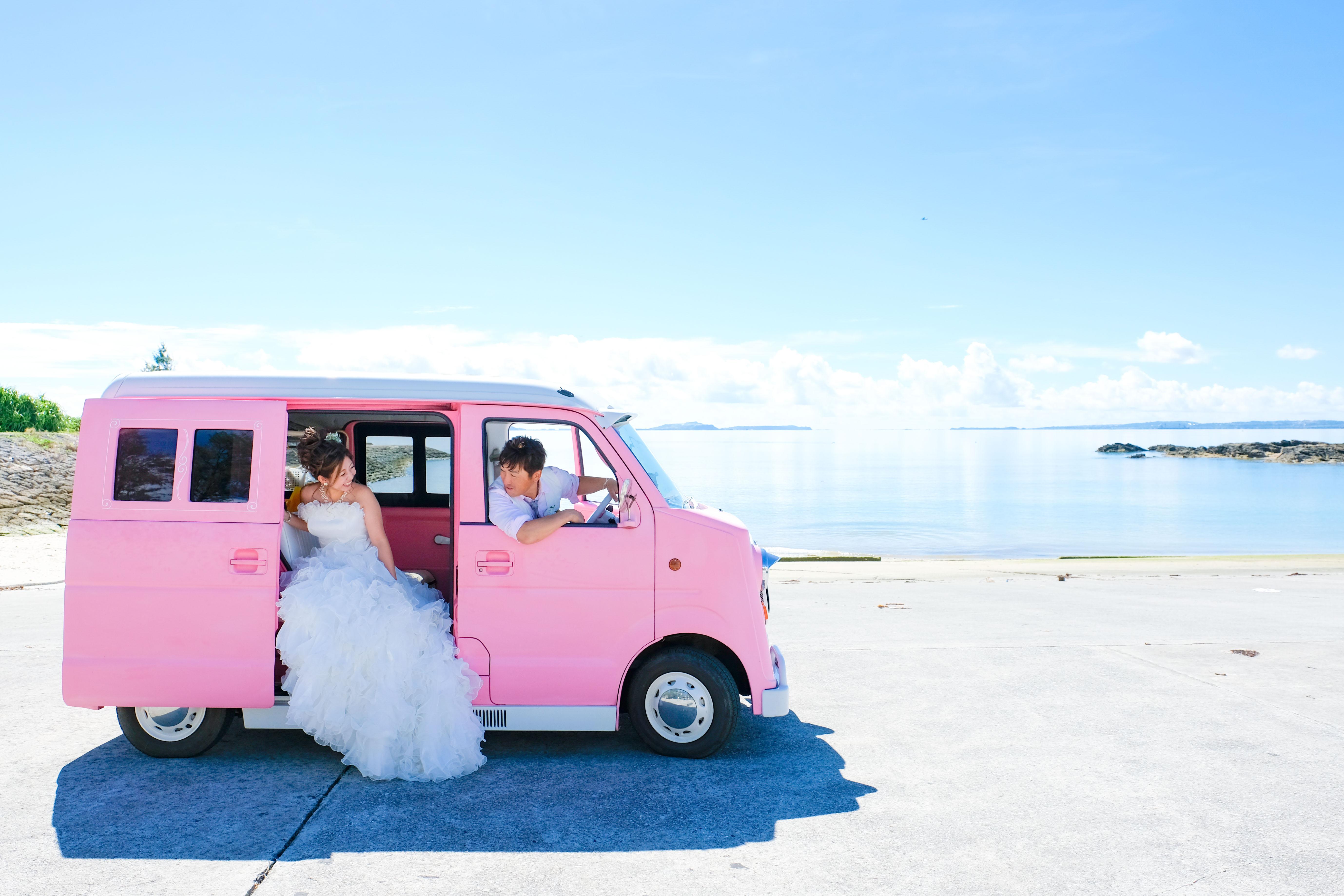 ピンクのカスタムカーと一緒に撮影のフォトギャラリー